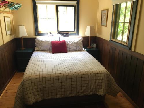 A bed or beds in a room at Stringer's Cottage