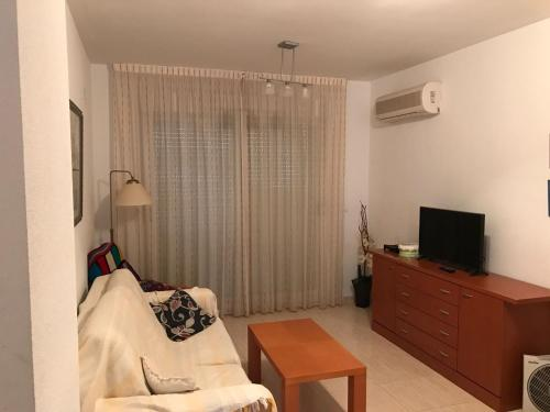 A television and/or entertainment centre at Apartamento en Oropesa del Mar