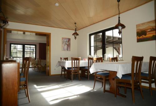 Ein Restaurant oder anderes Speiselokal in der Unterkunft Hotel Leise Garni