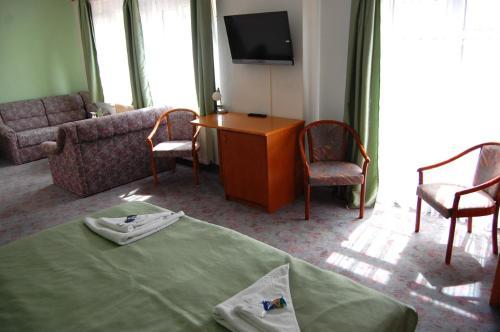Ein Sitzbereich in der Unterkunft Hotel Am Markt