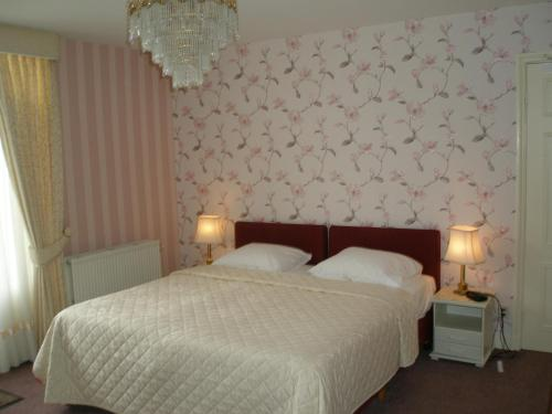 Een bed of bedden in een kamer bij Hotel Excelsior