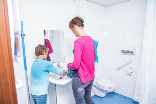 Een badkamer bij Hostel Blauwput Leuven