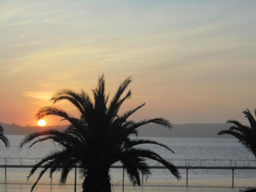 O nascer ou o pôr do sol visto a partir da casa de hóspedes