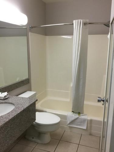 A bathroom at Aviation Inn