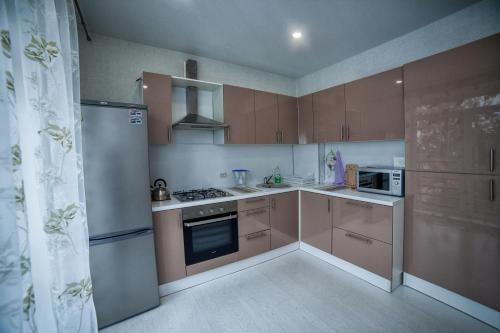 A kitchen or kitchenette at Apartments at Bolnichnyy pereulok 4