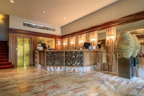 De lobby of receptie bij Boutique Hotel Corona