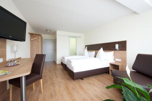 Ein Bett oder Betten in einem Zimmer der Unterkunft Hotel zur Riss