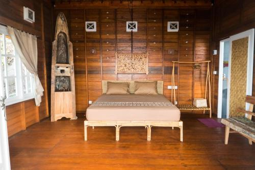 A bed or beds in a room at Hula Hoop Bungalows