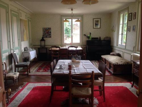 Restaurant ou autre lieu de restauration dans l'établissement La tourelle