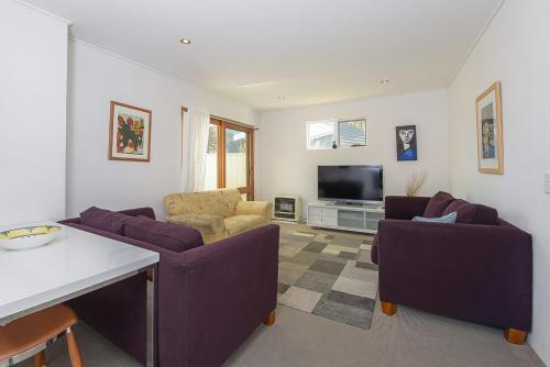 A seating area at Beloka Close - Modern, spacious, and pet friendly accommodation