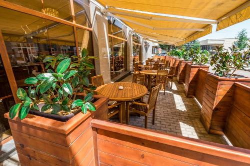 A restaurant or other place to eat at Hotel Lomsia