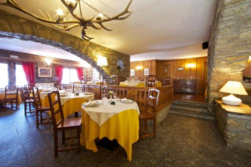 A restaurant or other place to eat at Hotel Dolonne