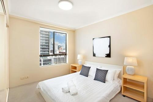 A bed or beds in a room at One Bedroom Apartment Hosking Place - HOSK4