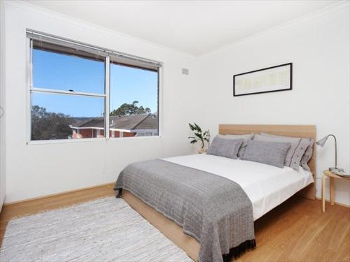 A bed or beds in a room at Two Bedroom Apartment Botanic Road(BOT01)