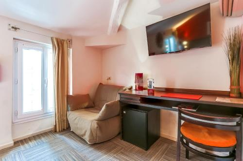 Télévision ou salle de divertissement dans l'établissement Hotel Le Mistral