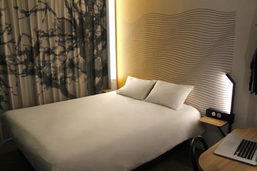 Un ou plusieurs lits dans un hébergement de l'établissement B&B Hôtel Lille Centre Grand Palais