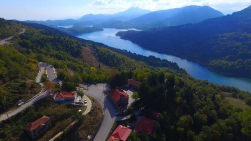 Άποψη από ψηλά του Ξενώνας Ίριδα