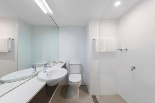 A bathroom at Travelodge Hotel Sydney Airport
