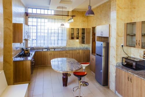 A kitchen or kitchenette at Sheerdrop Country Home