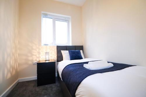 A bed or beds in a room at Salford Media City Home with Free Parking