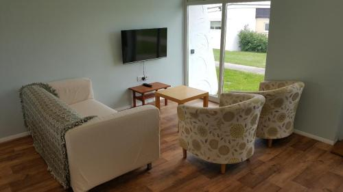 A seating area at No Widemouth Bay Holiday Village