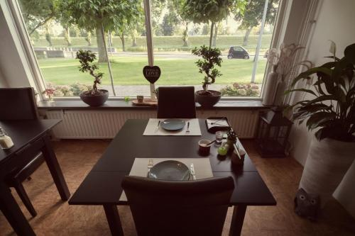 A restaurant or other place to eat at Bed & Breakfast de Mari