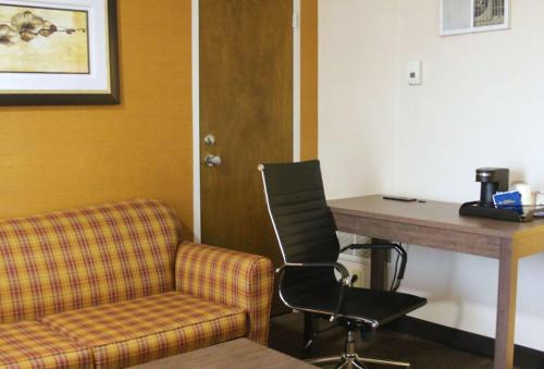 A seating area at Best Western PLUS Galleria Inn & Suites