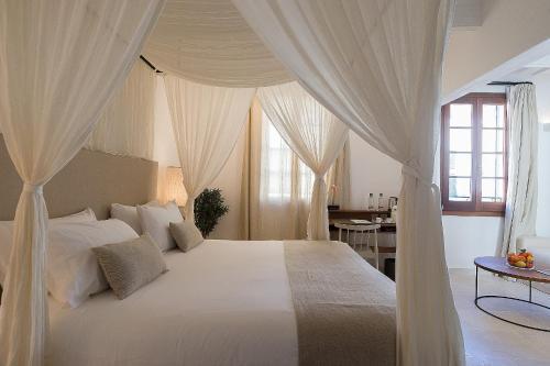 Cama o camas de una habitación en S'Hotelet d'es Born - Suites & SPA