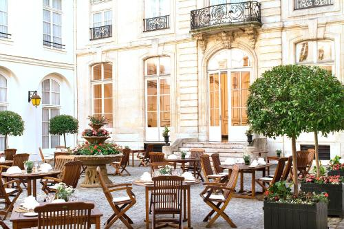 A restaurant or other place to eat at Saint James Albany Paris Hotel Spa