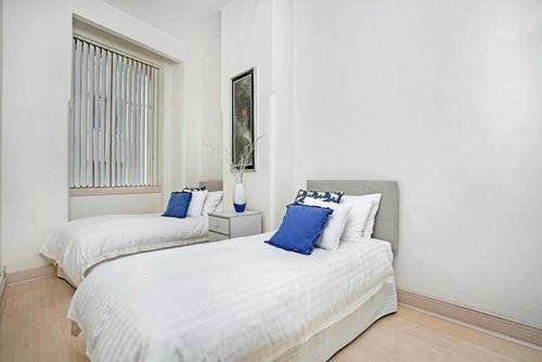 A bed or beds in a room at Two Bedroom Apartment Bridge Street(CL405)