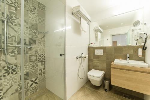A bathroom at Garni hotel Castle Bridge