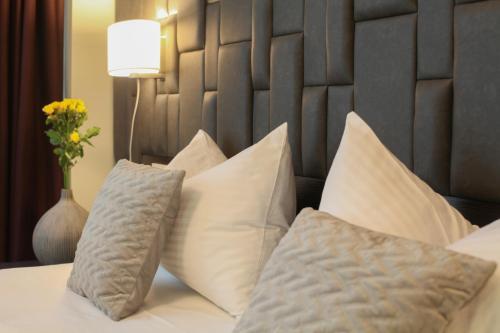 Un pat sau paturi într-o cameră la Hotel Orhideea