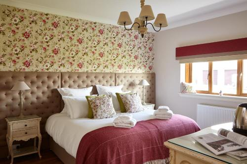 A bed or beds in a room at Bowhill Bed and Breakfast