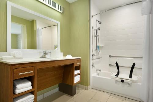 A bathroom at Home2 Suites By Hilton Baton Rouge