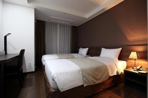 A bed or beds in a room at Urban Place Gangnam