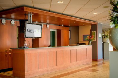 De lobby of receptie bij Campanile Hotel & Restaurant Breda