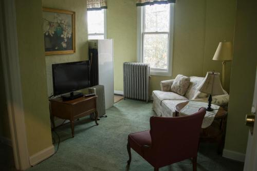 A television and/or entertainment center at La Plaza Historic Hotel & Restaurant