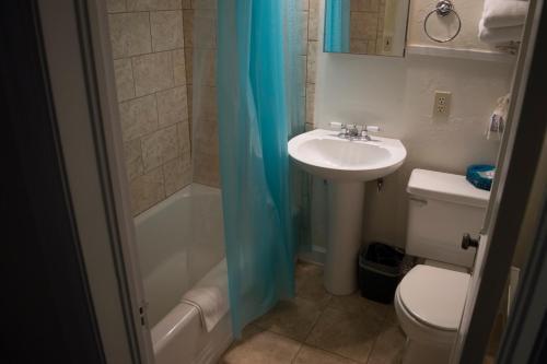 A bathroom at La Plaza Historic Hotel & Restaurant