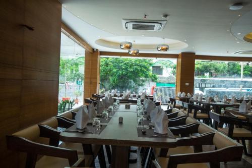 Hotel Udai Medianにあるレストランまたは飲食店