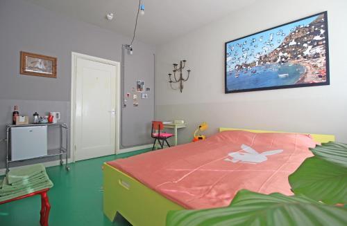 Een bed of bedden in een kamer bij Cafe Modern