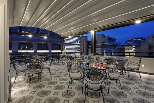 Een restaurant of ander eetgelegenheid bij V1935 Luxurious Apartments