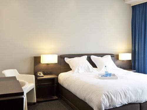 Een bed of bedden in een kamer bij Blue Woods Hotel