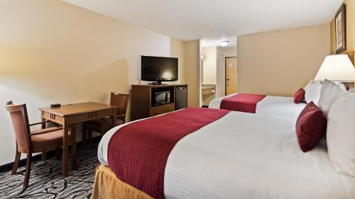 A bed or beds in a room at Best Western Plus Albert Lea I-90/I-35 Hotel
