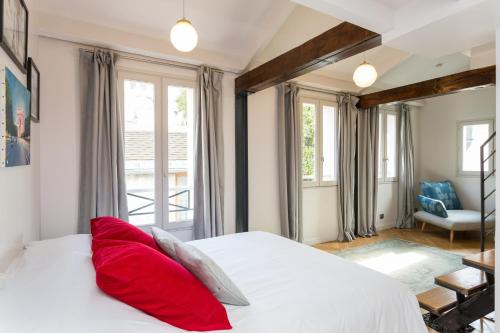 A bed or beds in a room at Ateliers de Montmartre ADM