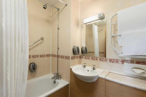 A bathroom at Days Inn Tewkesbury