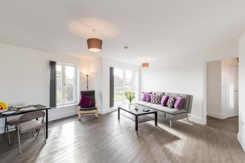 A seating area at Abodebed Oval View Apartments