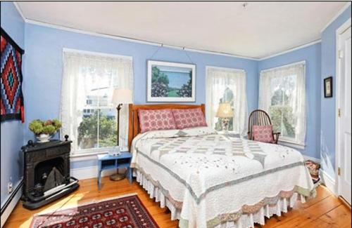 A bed or beds in a room at Black Lantern B&B
