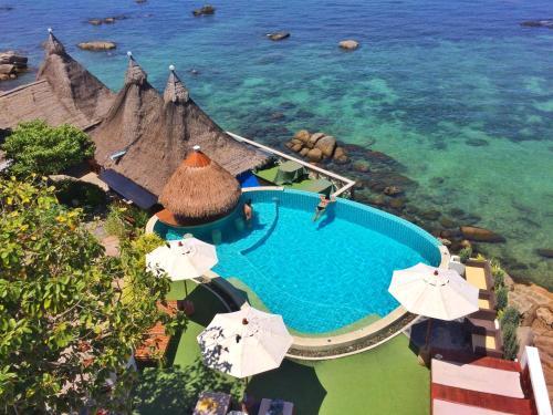 Ein Blick auf den Pool von der Unterkunft DD Hut Koh Tao oder aus der Nähe