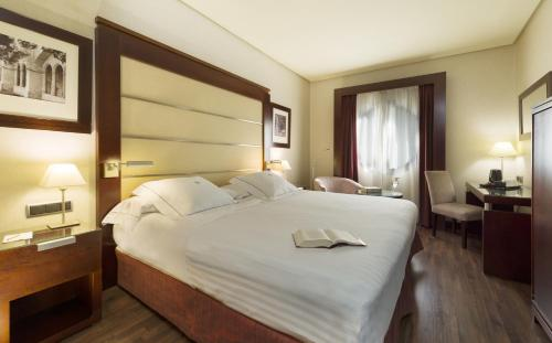 A bed or beds in a room at Hotel Badajoz Center