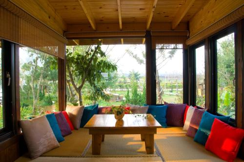 A seating area at Flower Free花自在